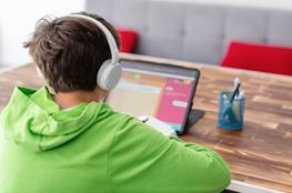 Junge mit Kopfhörer vor Tablet
