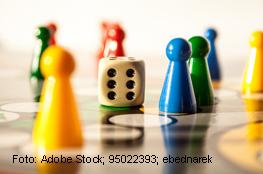 Spielbrett mit Figuren und Würfel