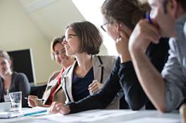 Lehrer diskutieren an Tisch