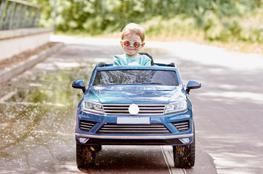 Kind im Elektroauto als Zeichen für E-Mobilität