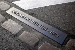 Denkmal von Berliner Mauer auf einem Stein im Boden