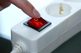 Schalter an der Steckdose als Zeichen für Energiesparen