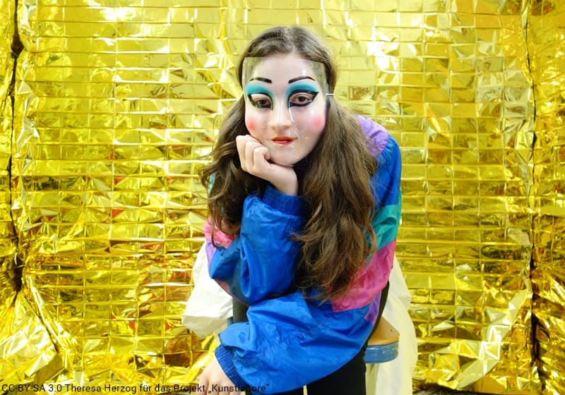 Mädchen mit Maske in goldenem Raum
