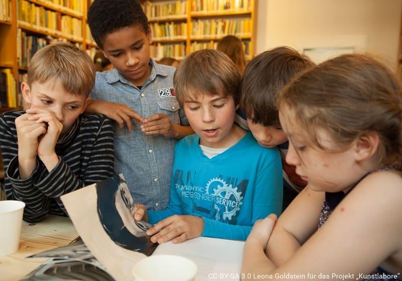 Kinder lesen gemeinsam ein Buch