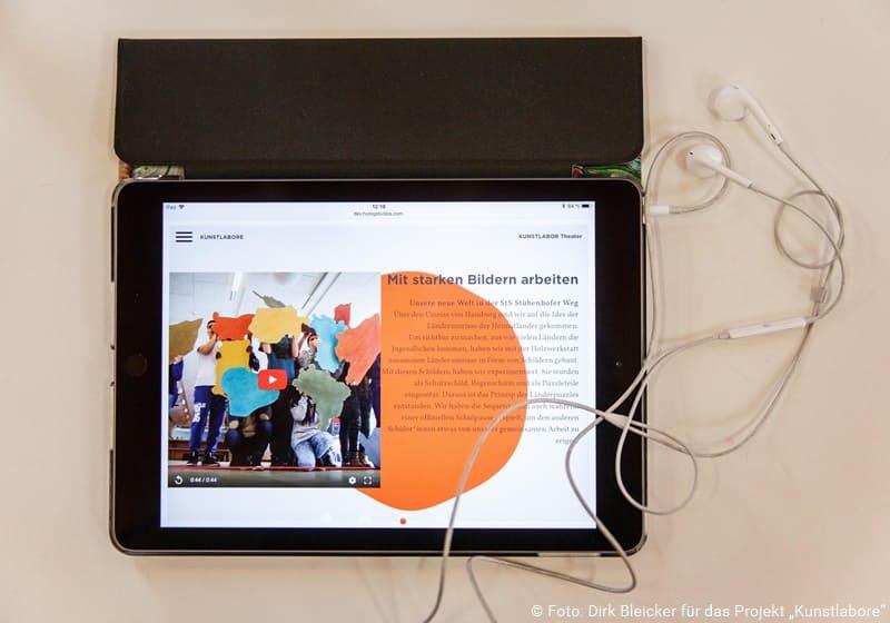 Tablet mit der Webseite kunstlabore.de