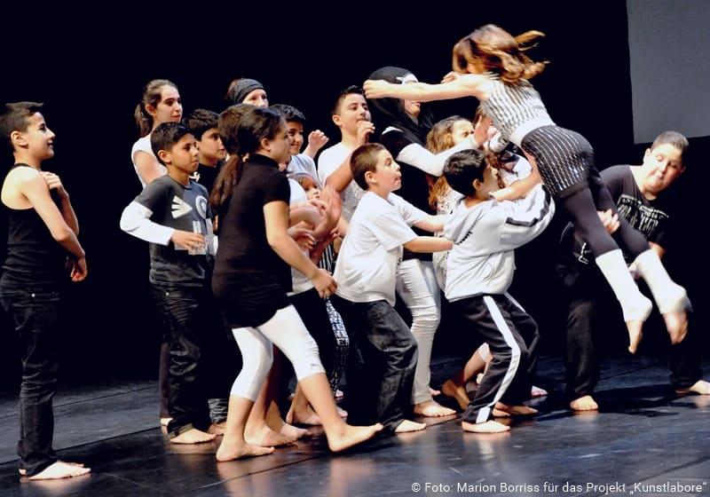 Schüler tanzen auf einer Bühne