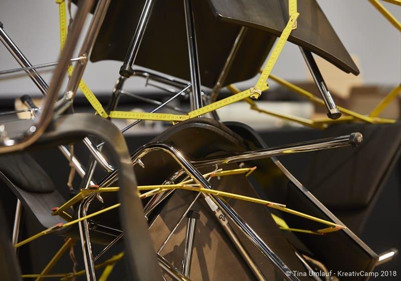 Stühle in einem Experiment für den Physik-Unterricht