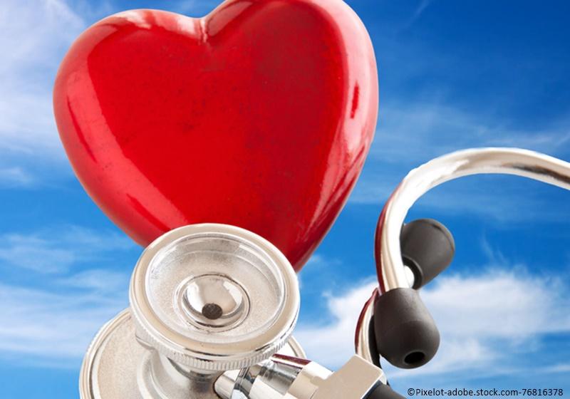 Herz und Stethoskop vor Himmelhintergrund