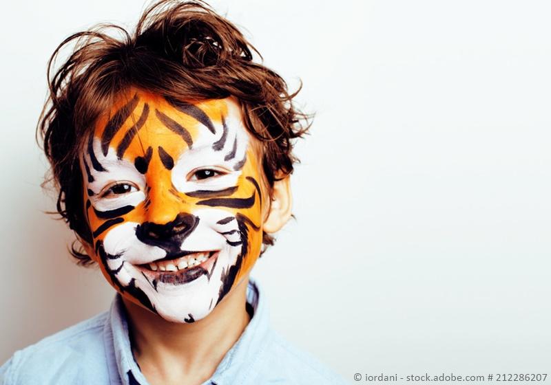 Schüler als Tiger geschminkt zu Karneval