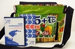 Eine Tasche mit Broschüren im Vordergrund für faire Supermärkte