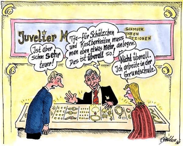 Ehepaar lässt sich im Juwelier über Schmuck beraten.