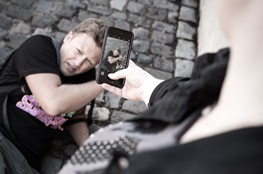 Junge filmt anderen Jungen am Boden mit Handy