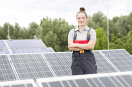 Frau steht vor Solarpanelen