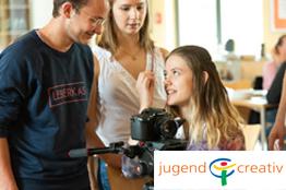 3 Personen mit Kamera und jugendcreativ-logo