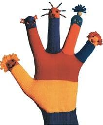 Hand mit bunten Fingern am Handschuh