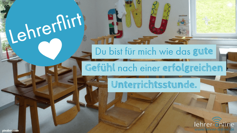 Leerer Klassenraum, hochgestellte Stühle; Lehrerflirt: Du bist für mich wie das gute Gefühl nach einer erfolgreichen Unterrichtsstunde.