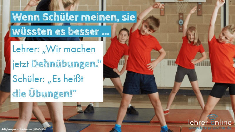 """Schulkinder, die Sport machen in einer Turnhalle; Wenn Schüler meinen, sie wüssten es besser ... Lehrer: """"Wir machen jetzt Dehnübungen."""" Schüler: """"Es heißt die Übungen!"""""""