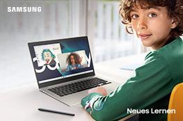 Junge vor Laptop