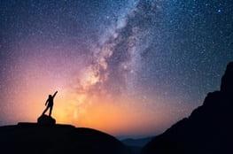 Im Hintergrund Sternenhimmel, Mann im Schatten