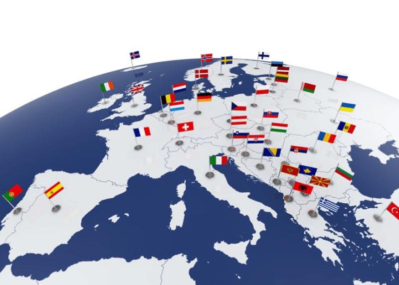 Globus mit Fokus auf Europa und Länderflaggen