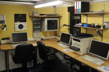 Von den Computer-Arbeitsplätzen aus können die Schülerinnen und Schüler das Hauptteleskop steuern