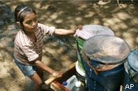 Ein Mädchen transportiert Wasser