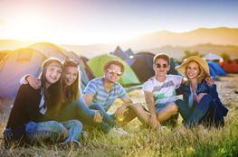 Jugendliche verbringen gemeinsam Zeit auf einer Klassenfahrt.