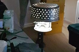 Lampe mit durchlöchertem Lampenschirm aus wiederverwerteten Materialien
