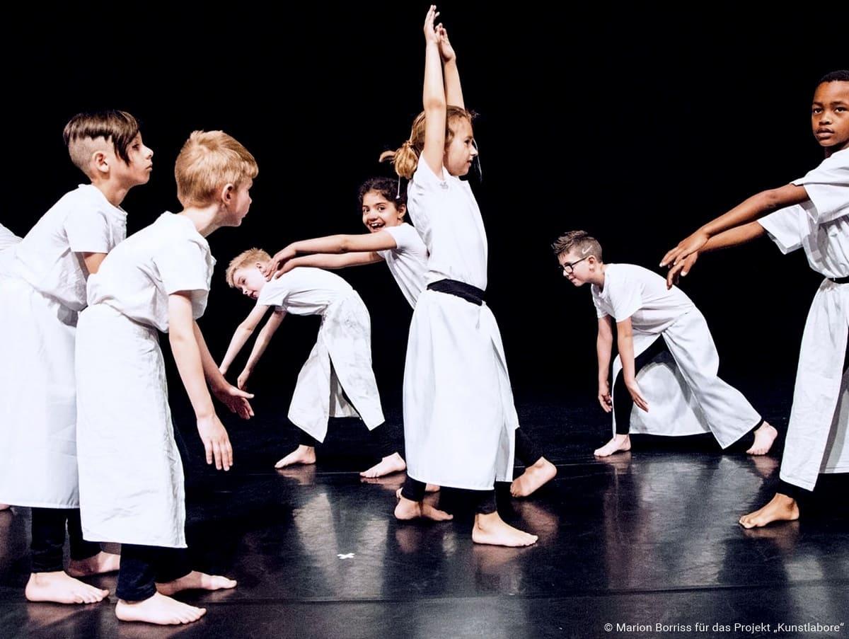 Bild von tanzenden Kindern