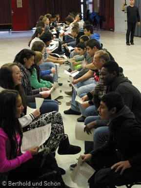 Schüler sitzen sich gegenüber und diskutieren