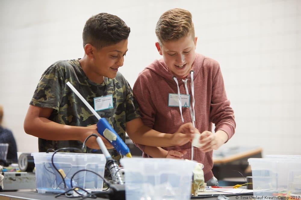 Zwei Schüler arbeiten an einem kreativen Projekt