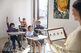 Lehrerin mit Tablet vor Klasse