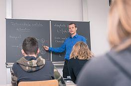 Lehrer vor einer Tafel im Unterricht