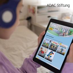 Kind surft mit Tablet auf der Seite verkehrshelden.com