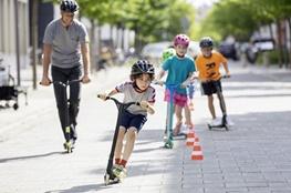 Kinder auf Rollern unterwegs