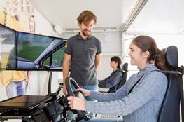 Jugendliche in einem Auto-Simulator