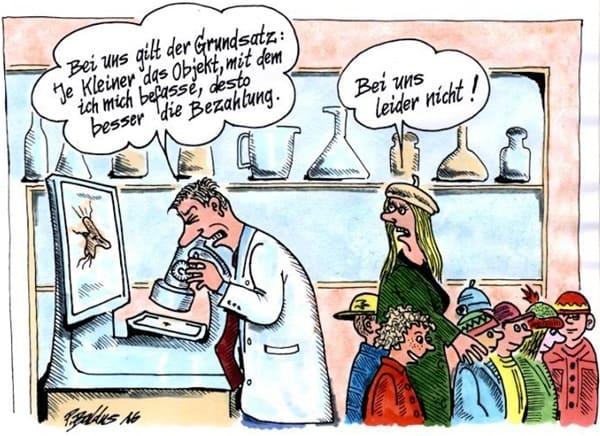 Wissenschaftler schaut in Mikroskop, Lehrerin läuft mit ein paar Schülern an ihm vorbei