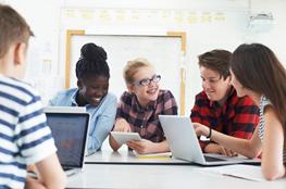 Schüler arbeiten im Unterricht am Tablet zu aktuellen Energiethemen