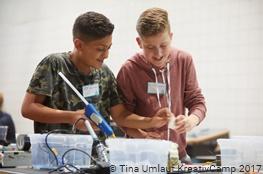 zwei Jungen arbeiten im Kreativ-Workshop