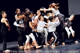 Kinder und Jugendliche tanzen auf einer Bühne