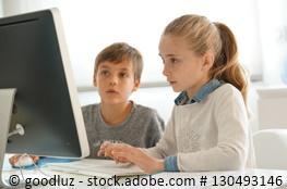 Schüler lernen am PC oder Tablet