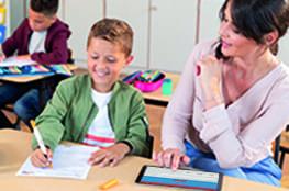 Eine Lehrerin testet den Stabilo EduPen mit einem Grundschüler
