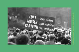 """Demonstration, Plakat mit Aufschrift """"Luft, Wasser, Parteien"""""""
