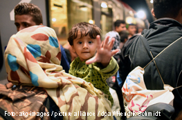 Flüchtlingsjunge schaut in die Kamera