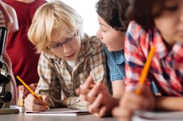 Schüler in der Grundschule arbeiten an Themen Zukunft, Mobilität und Energie