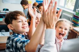 Kinder klatschen Hände ab