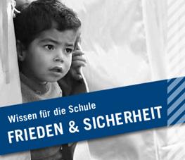 Kleiner Junge schaut aus Flüchtlingszelt
