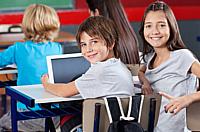 Kinder in Klassenraum vor Computer