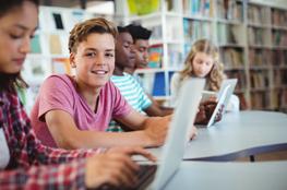 Mehrere Personen arbeiten gemeinsam am Laptops