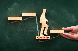 Tafel Holzklötze Mann steigt Klötze Covid-19